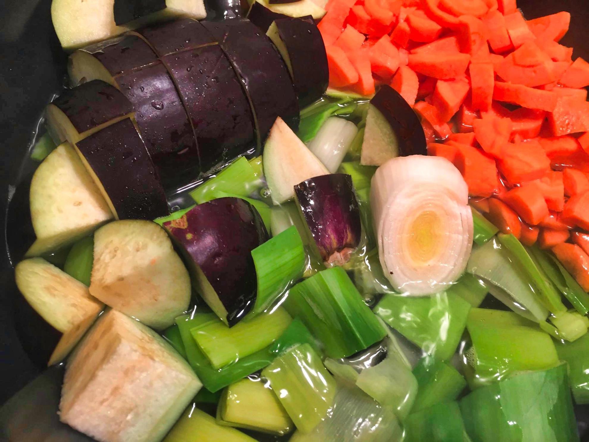 Баклажаны в томатном соусе и в компании сезонных овощей