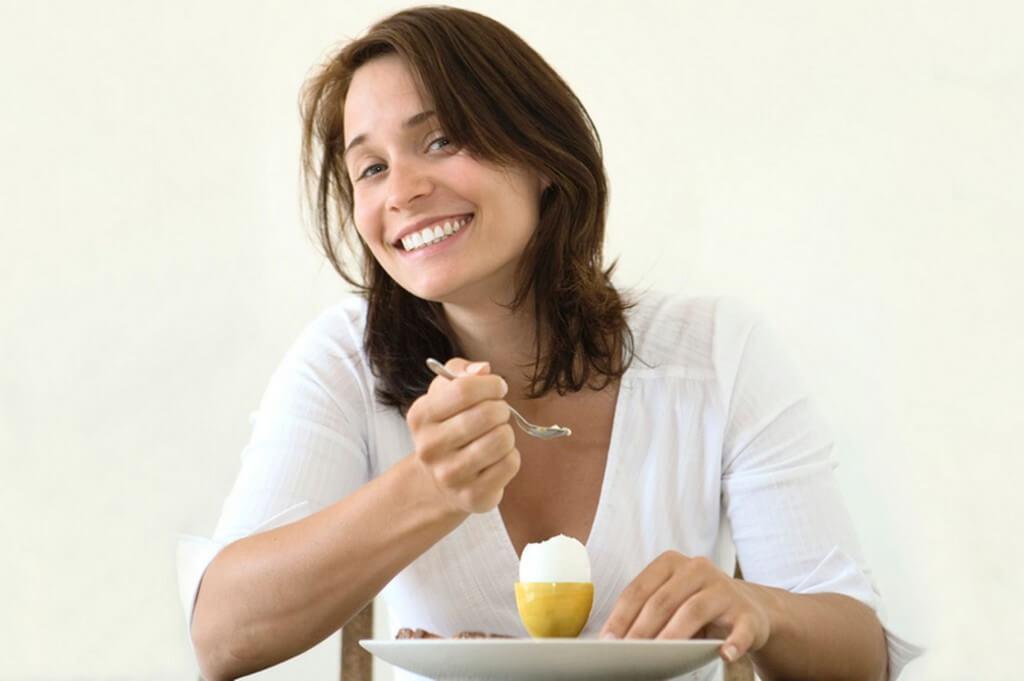 женщина-ест-яйца-1024x681